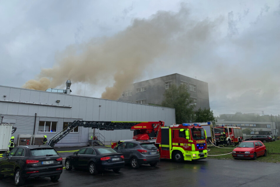 In Suhl brannte es am Samstagmorgen in einem Firmengebäude. Ein Großaufgebot der Feuerwehr war vor Ort.