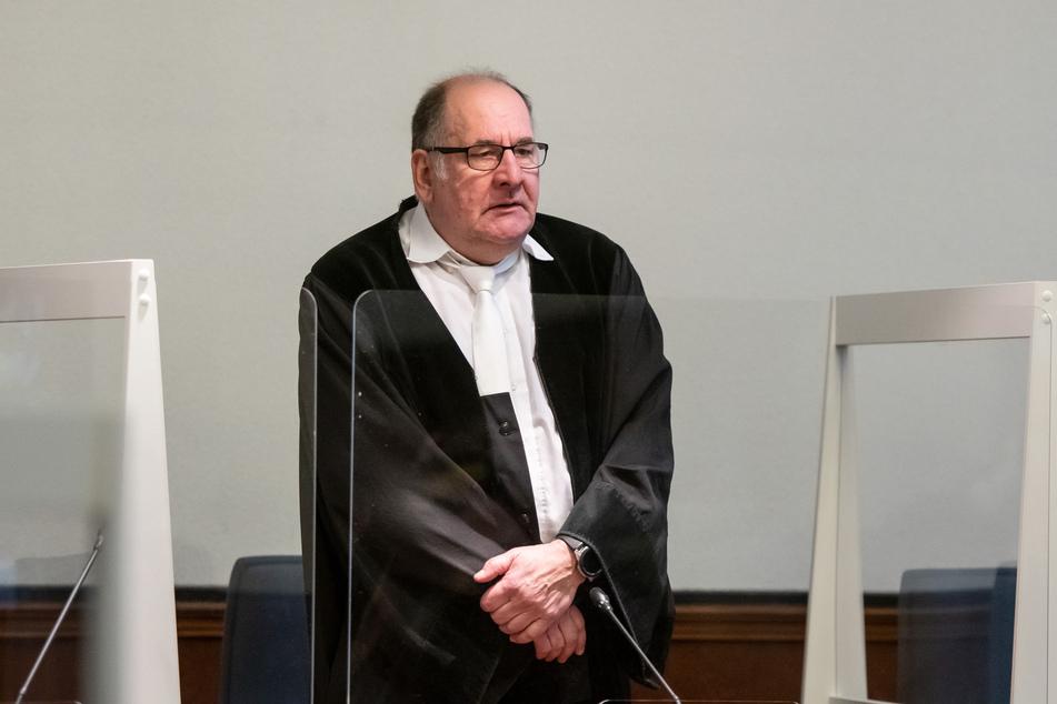 Der Vorsitzende Richter Thomas Kelm (60) steht im Landgericht zwischen Plexiglasscheiben zum Infektionsschutz.