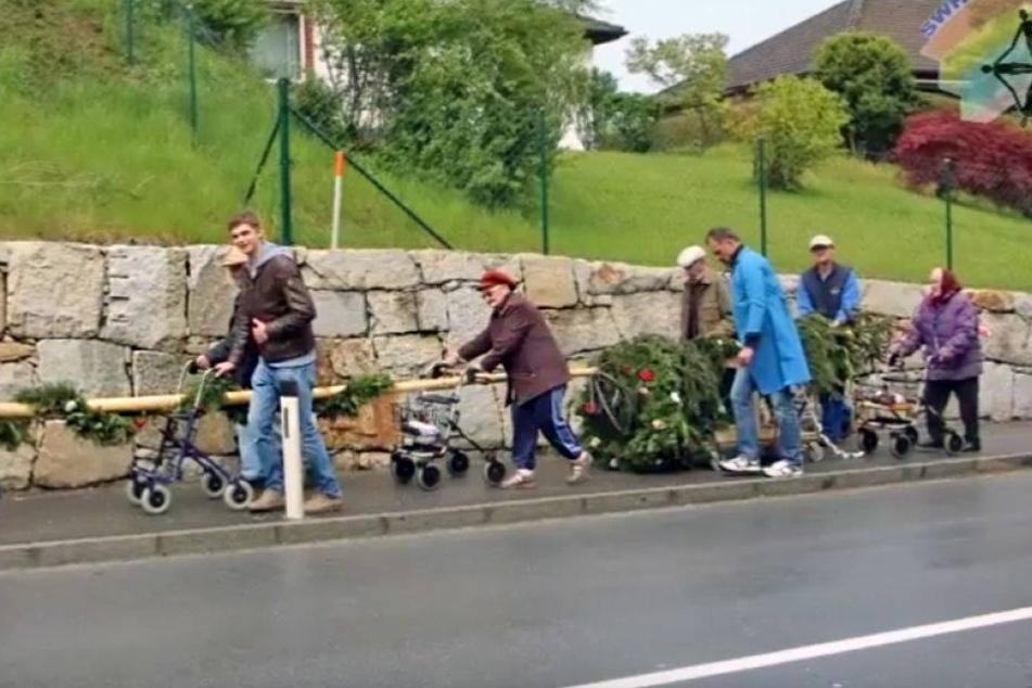 Rentner holen sich gestohlenen Maibaum mit ihren Rollatoren zurück