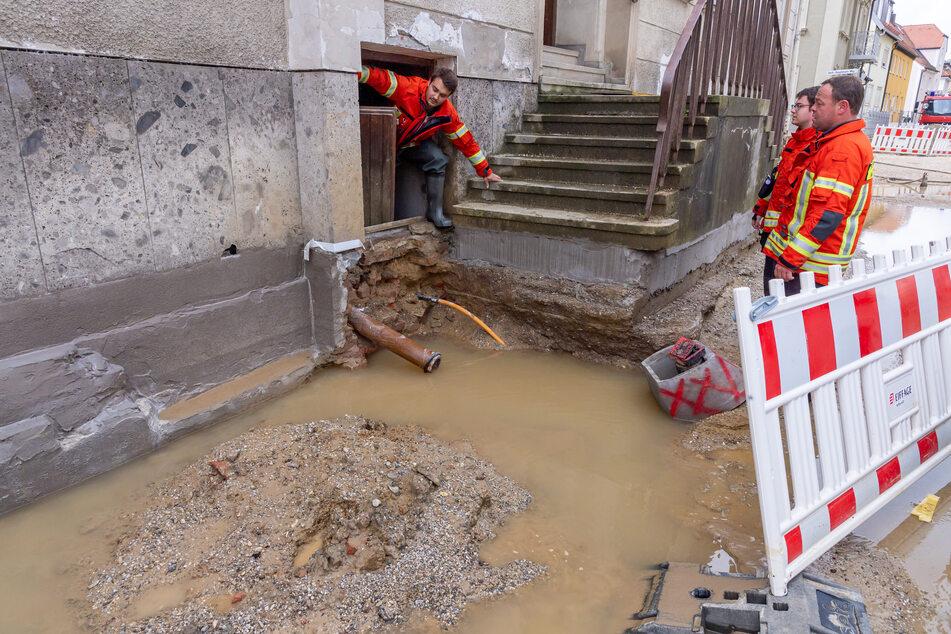 Nach Starkregen sind am Montag im nördlichen Oberbayern viele Keller vollgelaufen und Straßen überschwemmt worden.