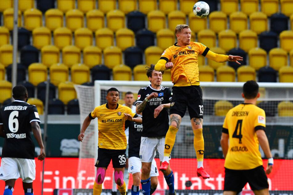 Herr der Lüfte: Dynamo-Stürmer Simon Makienok (2.v.r.) macht sich noch größer, als er mit seinen 2,01 Meter ohnehin schon ist.