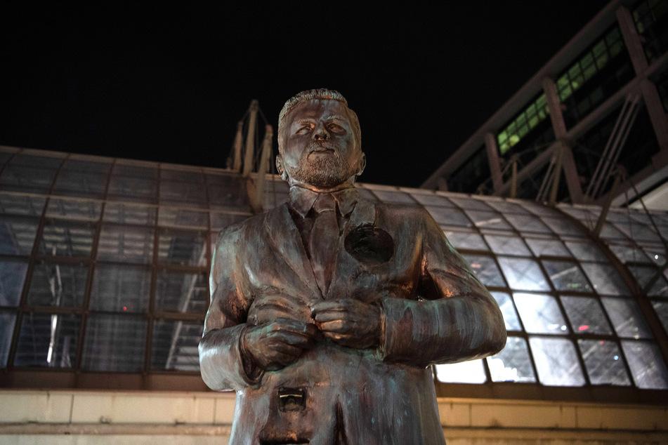 Jetzt kündigte die Bahn an: Die Statue darf bleiben.