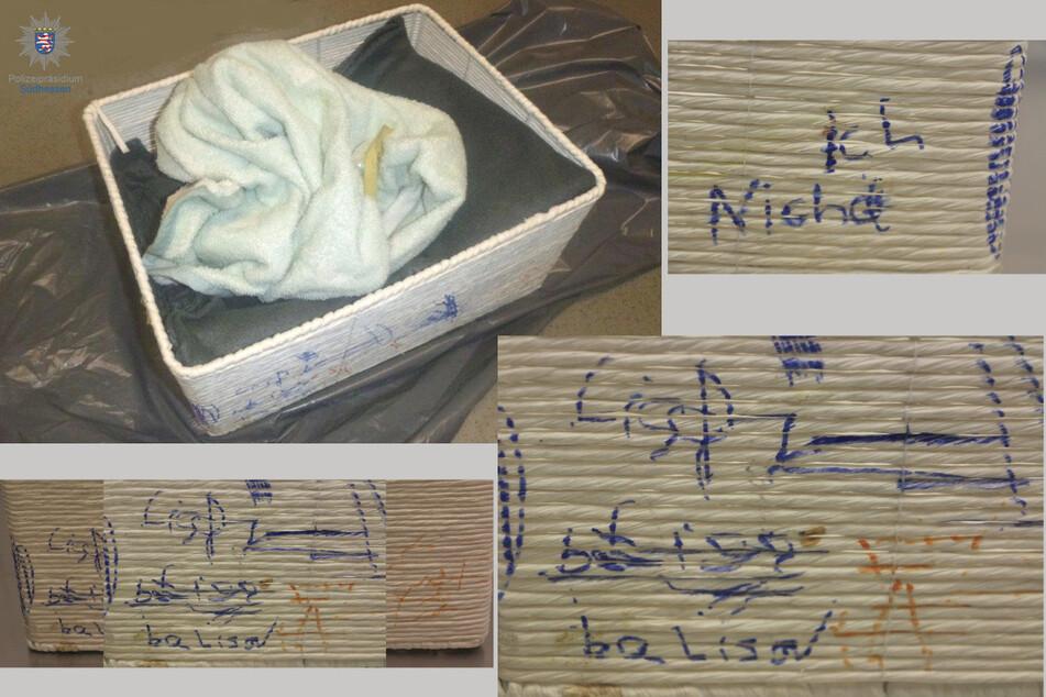 In diesem Flechtkorb wurde das Kind gefunden. Auffallend sind die vermutlich von einem anderen Kind stammenden Farbkritzeleien.