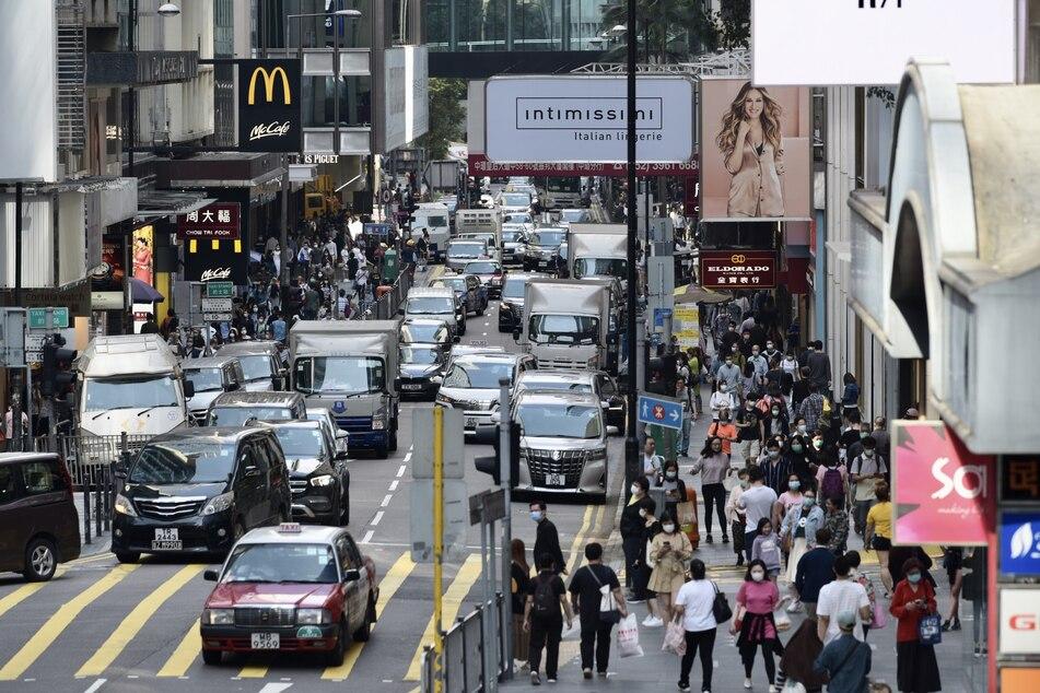 Blick auf eine belebte Straße in Hongkong.