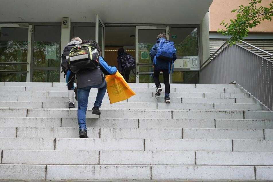 Schulkinder gehen zum Unterricht in die Grundschule am Kollwitzplatz. (Archivbild)