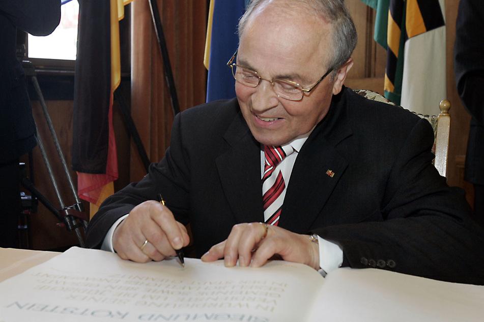Siegmund Rotstein 2007 beim Eintrag ins Goldene Buch der Stadt Chemnitz.