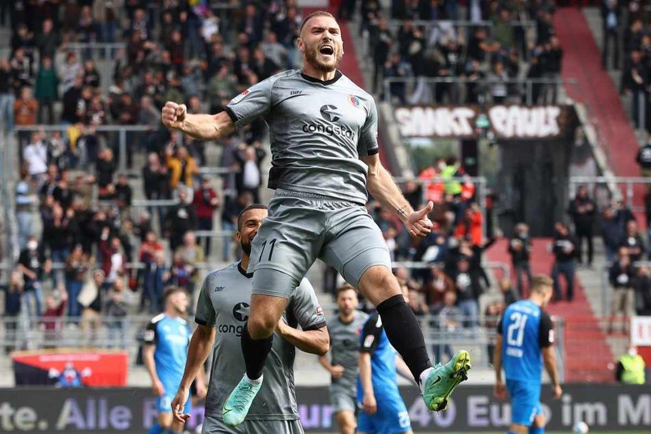 St. Paulis Angreifer Maximilian Dittgen (26) jubelt über seinen Treffer zum 2:0.