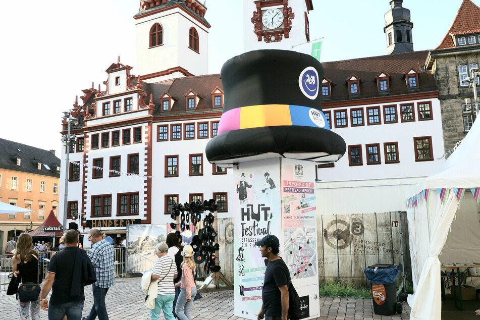 Chemnitz trägt nun Hut: Am Freitag startete das Hutfestival in der Innenstadt.
