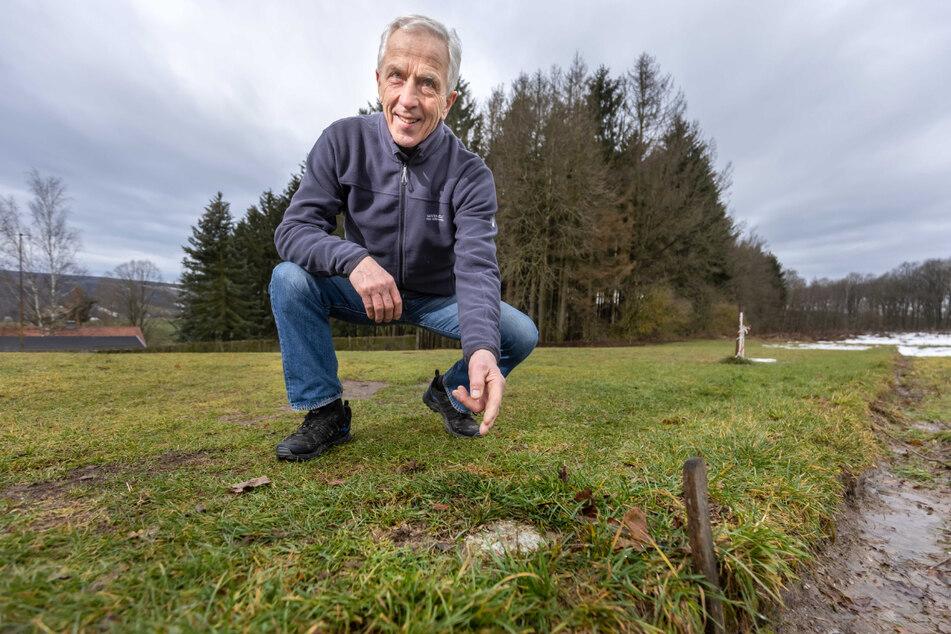 Auch ein Zeichen der Trennung: Die himmelblaue Legende Christoph Franke (76) zeigt auf einen Grenzstein am Rande seines Grundstücks.