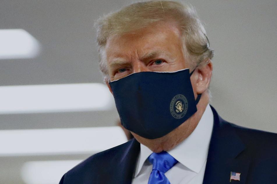 Donald Trump, Präsident der USA, trägt einen Stoff-Mundschutz, auf dem das Präsidenten-Siegel abgebildet ist, bei seinem Besuch im Walter Reed National Military Medical Center in Bethesda.