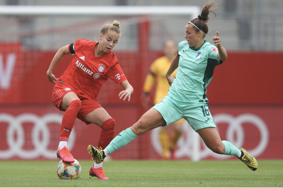 Nicole Billa (25) im Zweikampf mit Giulia Gwinn (l.) vom FC Bayern München.