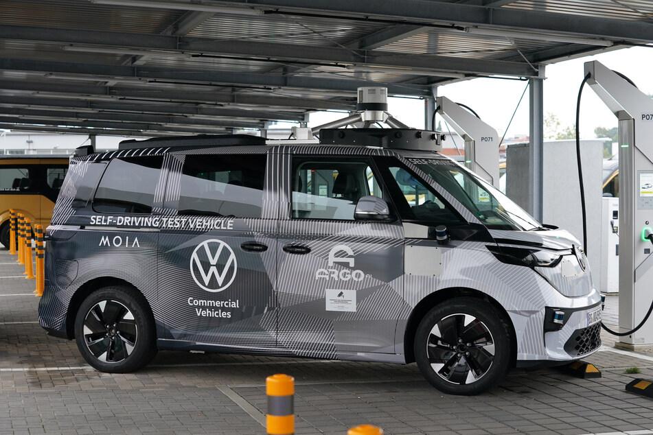 Der Prototyp ID. Buzz AD, ein autonom fahrendes Sammeltaxi, steht auf dem Gelände des Moia Hubs.