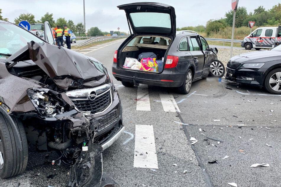 Alle drei Fahrzeuge mussten nach dem Unfall abgeschleppt werden.