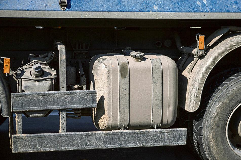 Aus solch einem Lkw-Tank pumpten die Diebe zwischen 300 und 400 Liter Diesel ab - und wurden dabei von der Polizei erwischt.