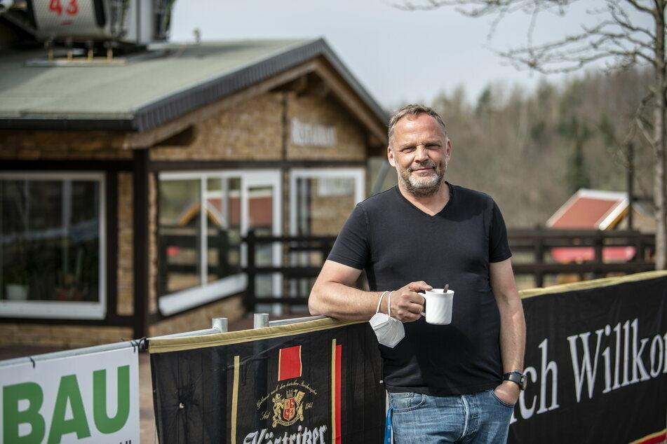 In Augustusburg hatten kurz vor Ostern am 1. April Hotels und Gaststätten für Besucher geöffnet. Bürgermeister Dirk Neubauer (50, SPD) genoss an Ostern erst einmal einen Kaffee. (Archivbild)