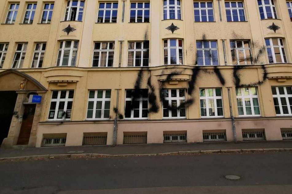 Attacken auf Polizei in Leipzig: Auch Außenstelle Südwest beschmiert