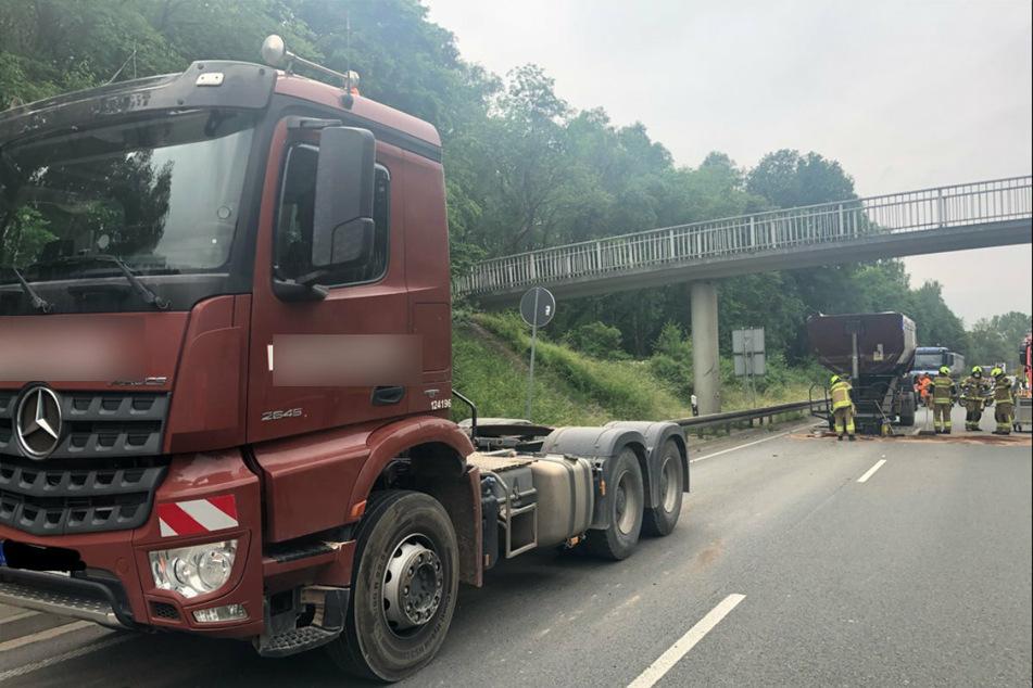Das rote Baustellenfahrzeug krachte mit ausgefahrenen Container gegen die Brücke.