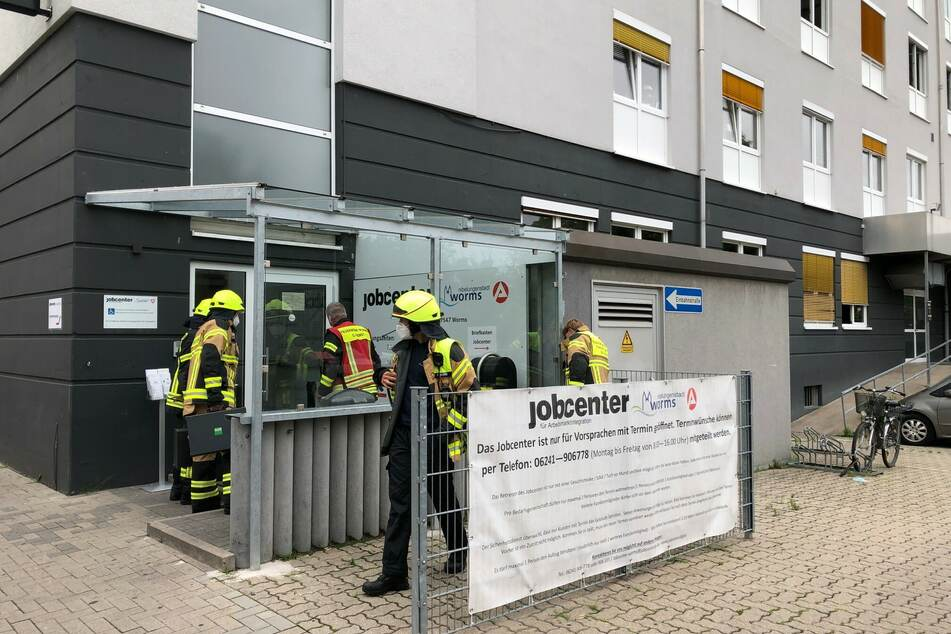 Am Mittwochmorgen vernahmen die Mitarbeiter des Jobcenters in Worms ein verdächtiges Ticken im Eingangsbereich und riefen daraufhin die Polizei.