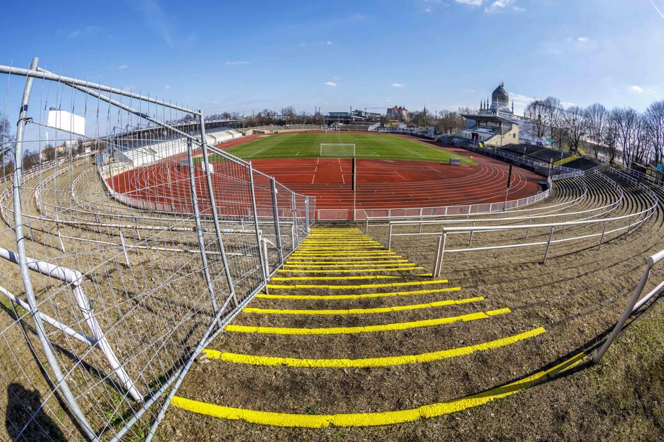 Jetzt sind in den Kurven des Heinz-Steyer-Stadions noch Tribünen. Was sehen die Umbau-Pläne dafür vor? Diese und andere Fragen bekommen heute die Stadträte beantwortet.