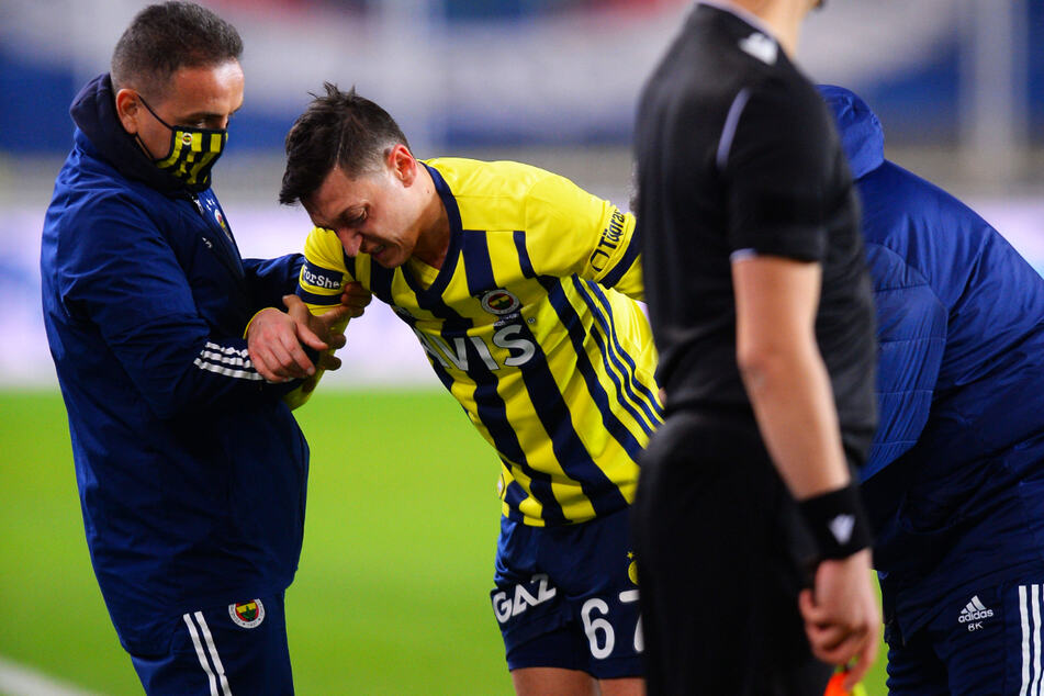 Bitter! Mesut Özil (32, 2.v.l.) musste am Donnerstagabend verletzt ausgewechselt werden. Möglicherweise hat sich der deutsche Weltmeister von 2014 schwerer verletzt.