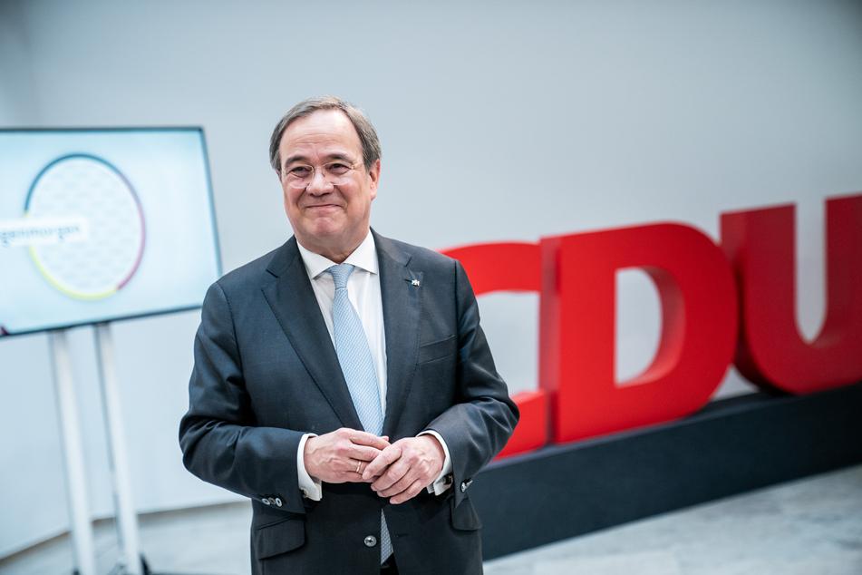 Armin Laschet (59), CDU-Bundesvorsitzender und Ministerpräsident von Nordrhein-Westfalen, steht nach der Pressekonferenz und der ersten Präsidiums- und Vorstandssitzung in der Parteizentrale, dem Konrad-Adenauer-Haus vor einem CDU Logo.