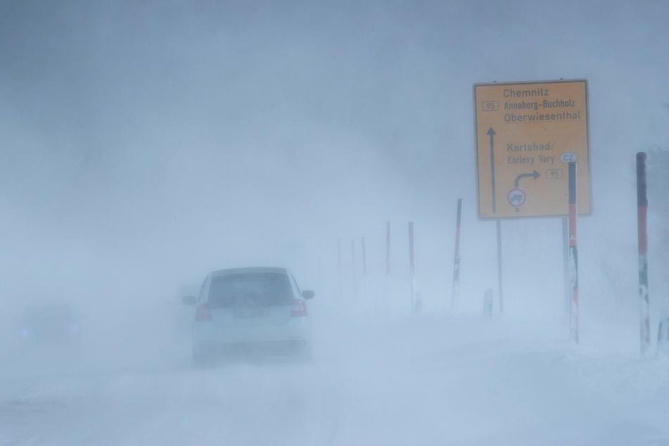 Zu dem Sturm kommt oberhalb von 800 Metern auch noch Schnee dazu. (Archivbild)