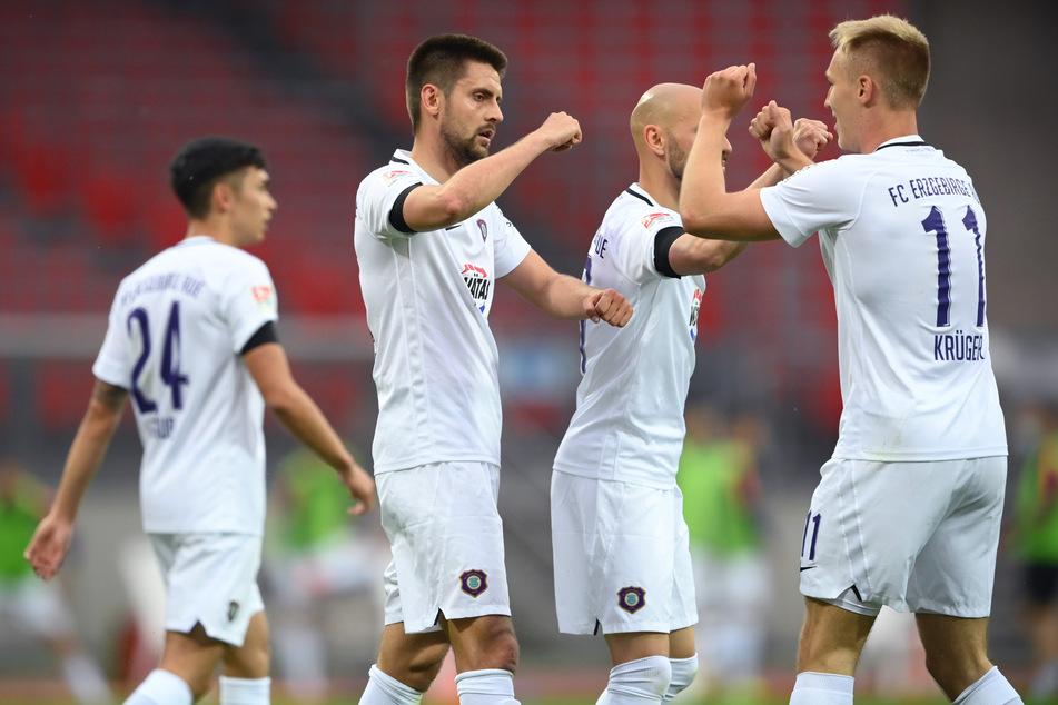 Dimitrij Nazarov (2.v.l.) von Aue jubelt über sein Tor zum 0:1 mit seinem Teamkollegen Florian Krüger