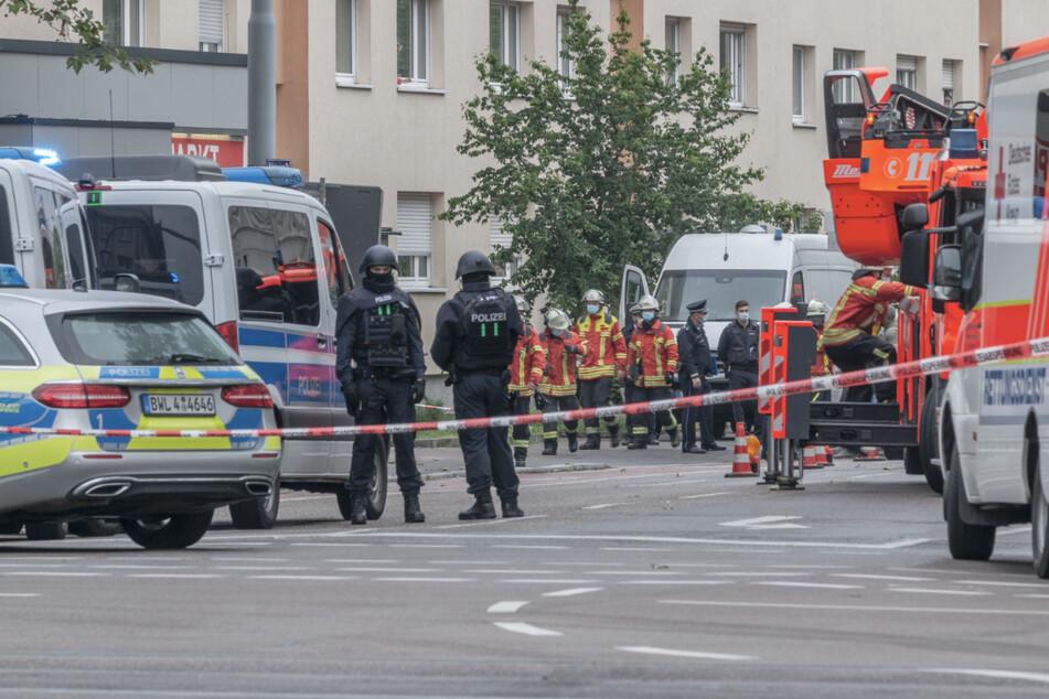 Einsatzkräfte vor dem Hochhaus in Karlsruhe.