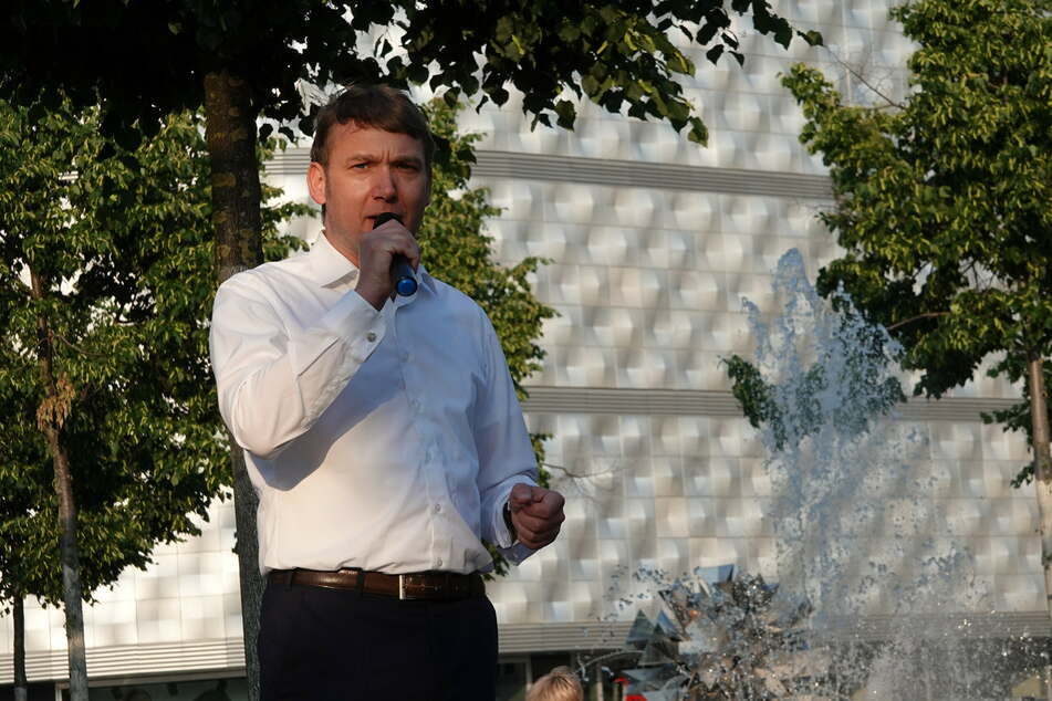 André Poggenburg (46, parteilos) hielt auf dem Richard-Wagner-Platz eine Rede.