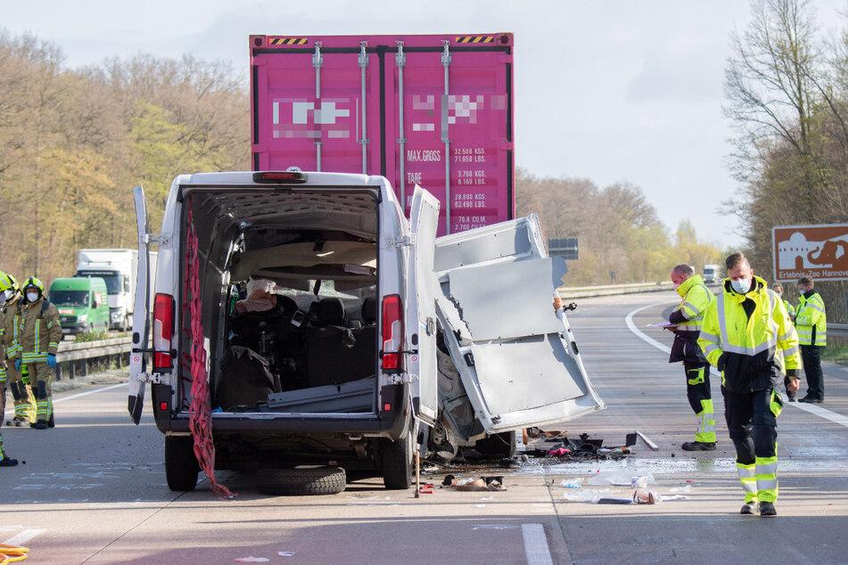 Der Kleintransporter fuhr auf ein Stauende auf.
