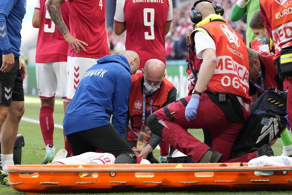 Dänemarks Christian Eriksen wurde medizinisch behandelt, nachdem er während des Spiels zusammengebrochen war.