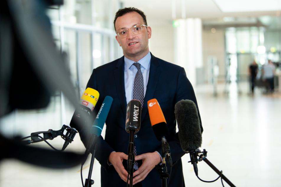 Jens Spahn (CDU), Bundesgesundheitsminister, äußert sich am Rande der Plenarsitzung im Deutschen Bundestag gegenüber Medienvertretern.