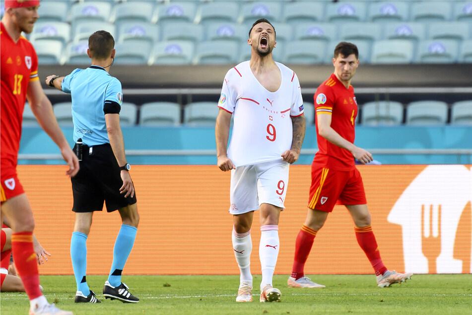 Haris Seferovic (2.v.r.) wütet! Der frühere Stürmer von Eintracht Frankfurt vergab in der ersten Halbzeit gleich drei Gelegenheiten für die Schweiz.