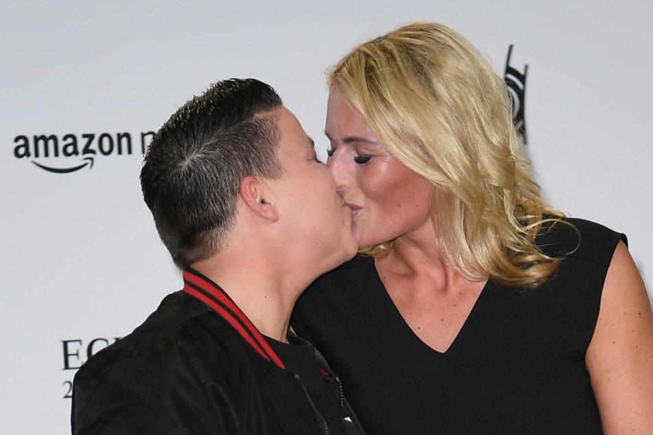 Die Schlager-Sängerin küsst ihre Ehefrau Karolina Köppen.