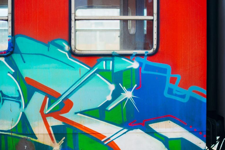 Durch die unerlaubten Graffiti soll an mehreren Bahnanlagen ein Gesamtschaden von circa 220.000 Euro entstanden sein.