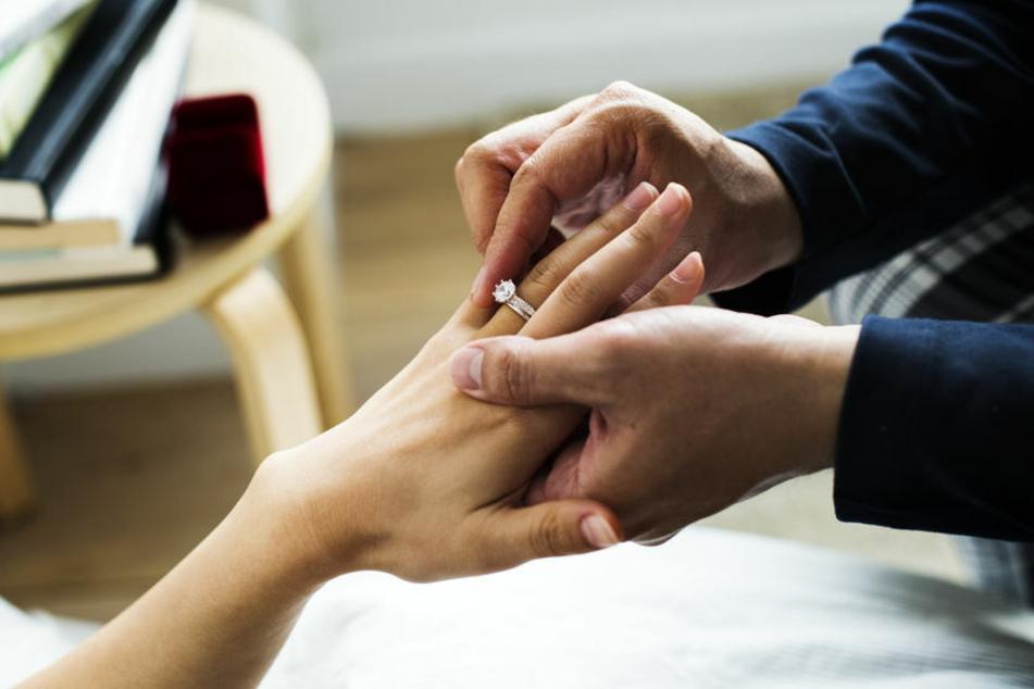 Mann kauft Freundin extrem teuren Verlobungsring: Ihre Reaktion ist niederschmetternd