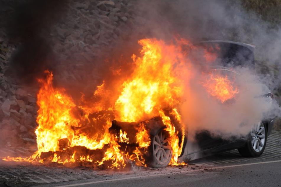Dresden: Dresden: Hier steht ein BMW in Flammen!