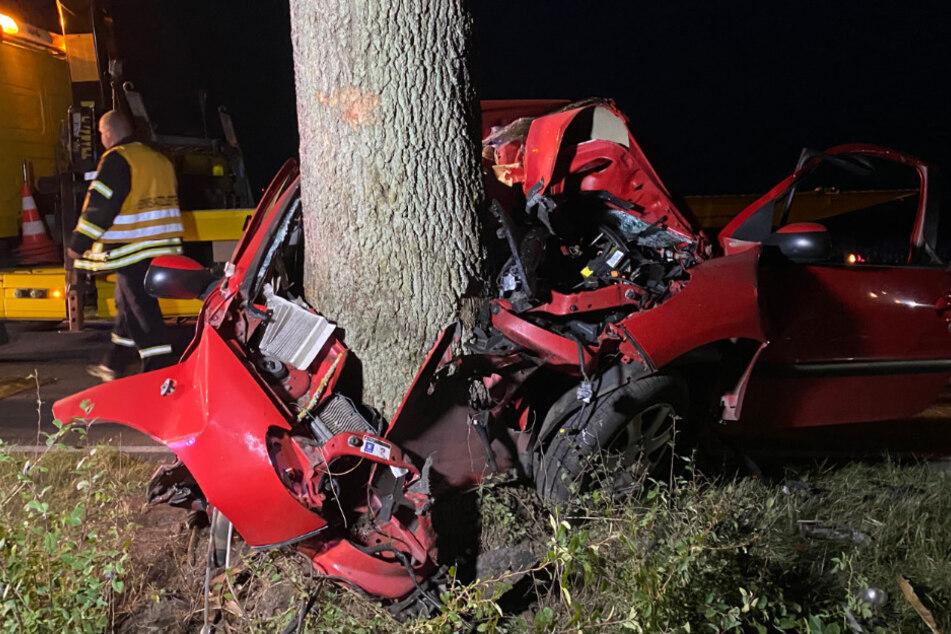 Auto kracht gegen Baum: Fahrer stirbt noch vor Ort