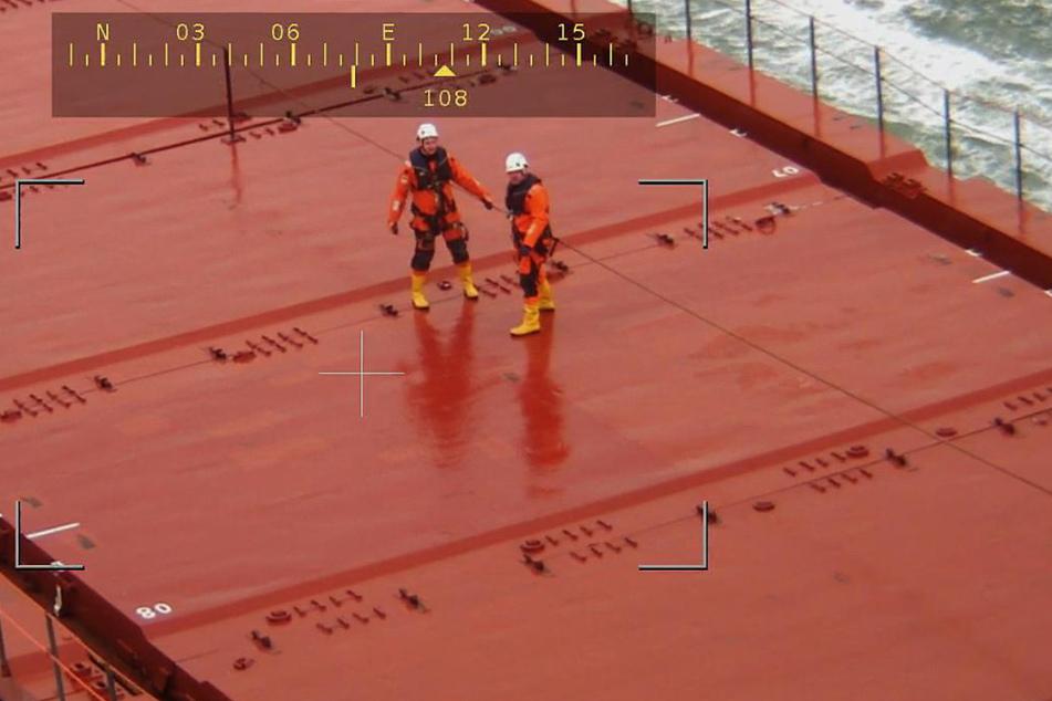 """Spezialisten des Towing Assistance Team stehen an Bord des Havaristen """"Peak Bilbao""""."""