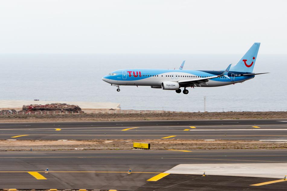 Spanien, Tenerife: Ein Flugzeug von Tuifly landet auf dem lokalen Flughafen von Teneriffa.