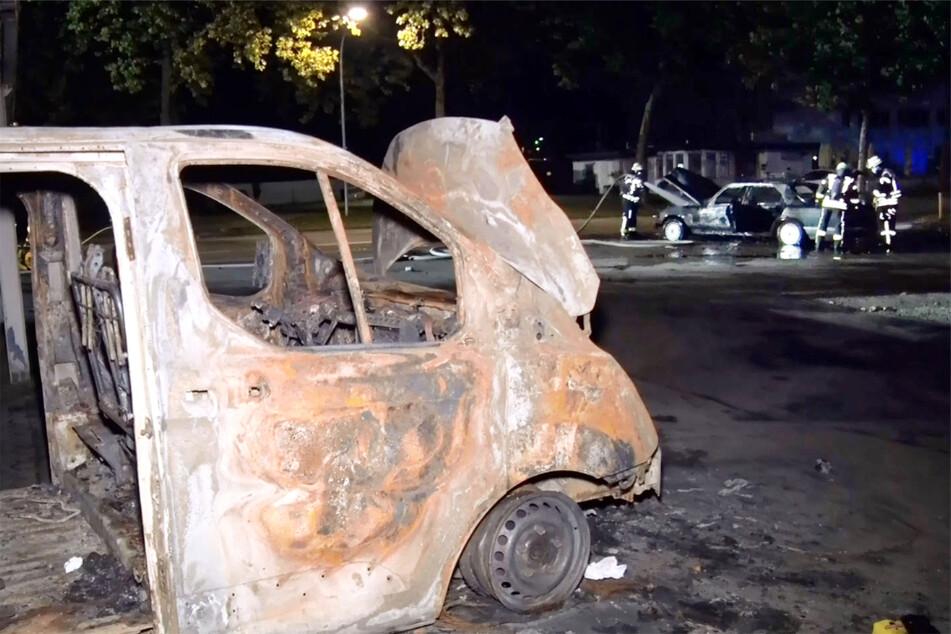 Das ausgebrannte Wrack des Ford-Transporters steht in unmittelbarer Nähe des Mercedes.