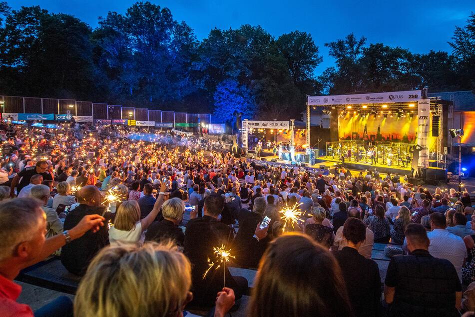 """Fast 1000 Besucher waren gekommen, um das Live-Event """"Classics unter Sternen"""" in Zwickau zu erleben."""