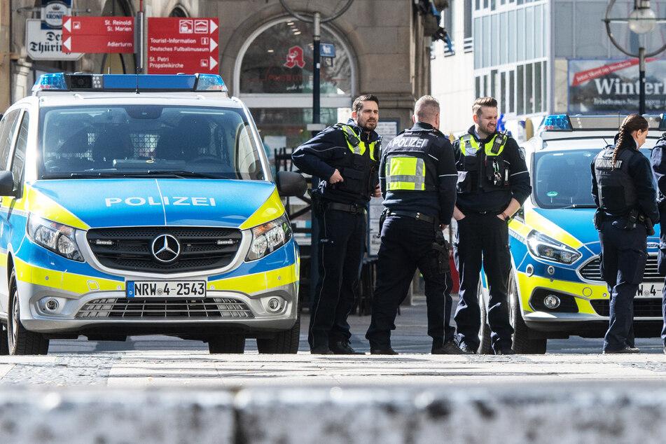 Polizisten schnappten die jungen mutmaßlichen Täter auf ihrer Flucht (Symbolbild).