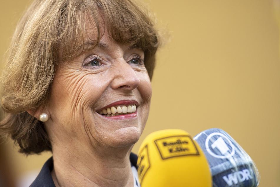 Die Kölner Oberbürgermeisterin Henriette Reker (63) muss laut einer WDR-Prognose in die Stichwahl.