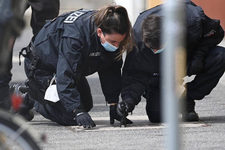Polizisten suchen nach der Bluttat nach Spuren. Über vier Monate später ist Anklage gegen die Pflegekraft erhoben worden.