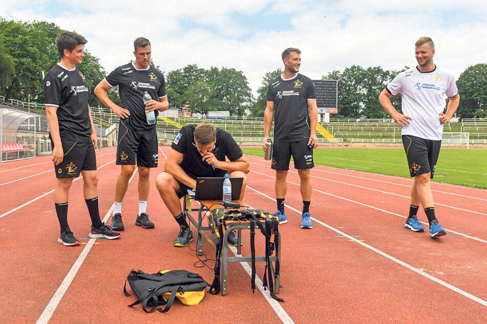 Auswertung am Laptop, von links: Vincent Klepp, Rene Zobel, Trainer Rico Göde, Christoph Neuhold und Michael Schulz.