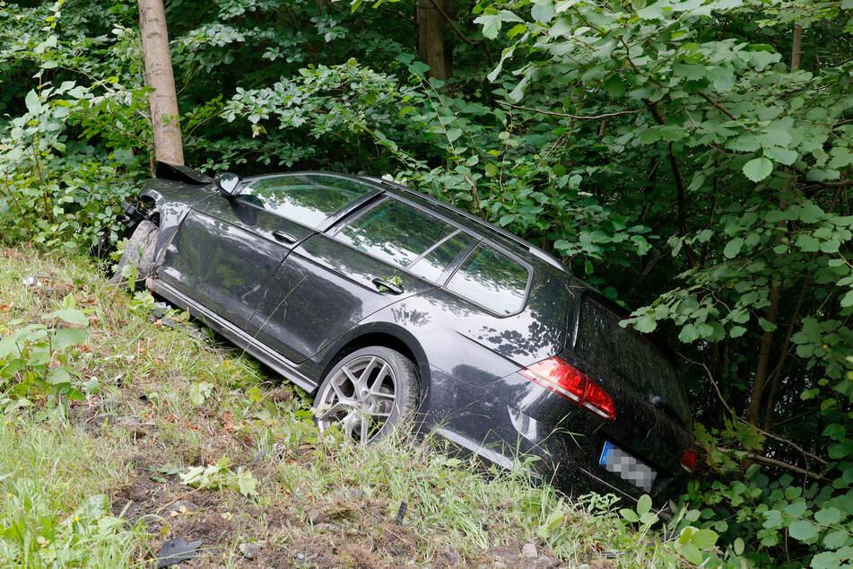 Der VW ist durch den Zusammenstoß ins Schleudern geraten und an einem Hang zum Stehen gekommen.