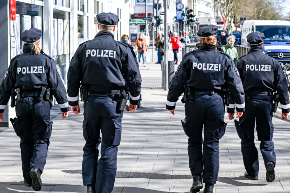 Die Polizeipatrouilliert auf der einer beliebten Hamburger Einkaufsstraße.