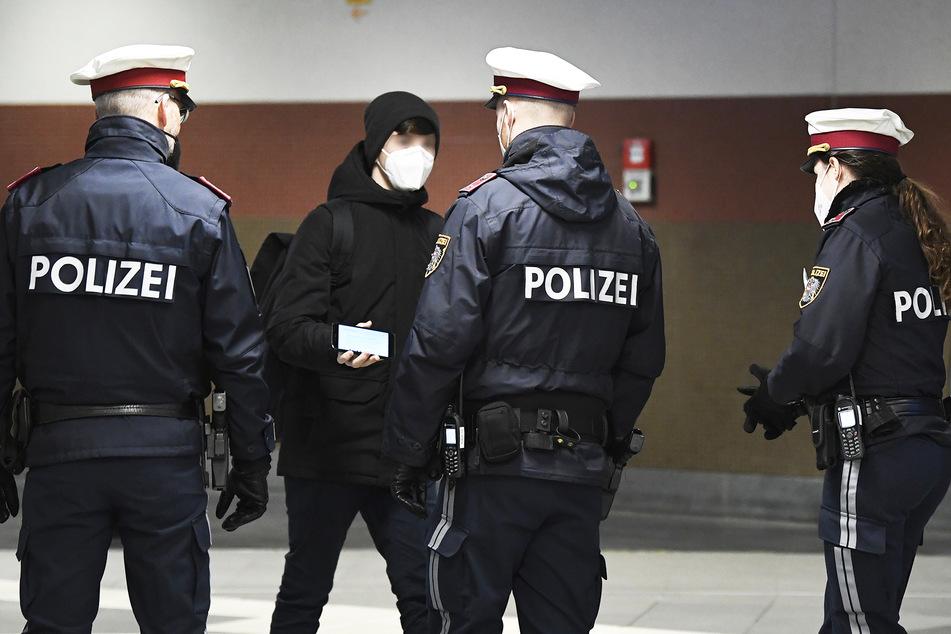Polizisten kontrollieren eine Person (Symbolbild).