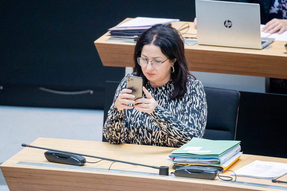 Der Senat beschloss außerdem, dass Berliner Kinder und Jugendliche nur noch fünf statt 14 Tage in Quarantäne müssen, wenn sie engen Kontakt mit positiv getesteten Mitschülern hatten. Das Gleiche gelte für Kitakinder, erläuterte Dilek Kalayci (54, SPD), Gesundheitssenatorin von Berlin.